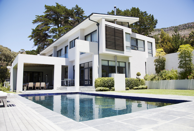 0-luxury-home-features-white-house-exterior-homesbyrau